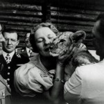 1933_Göring-and-his-wife-Emmy-showing-off-pet-lion-cub-to-Benito-Mussolini-at-Carinhal-520x338