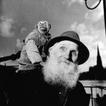 1945_An-old-circus-artist-with-his-pet-monkey-Frankfurt-1945-520x510