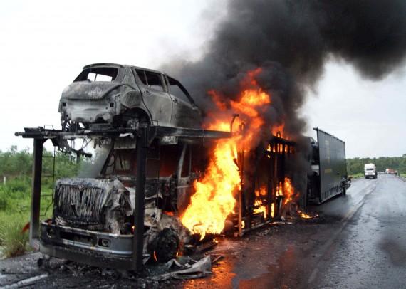 Enfrentamiento en agosto de 2012 en Apatzingán entre fuerzas de seguridad e integrantes de los Caballeros Templarios. Foto: EFE.