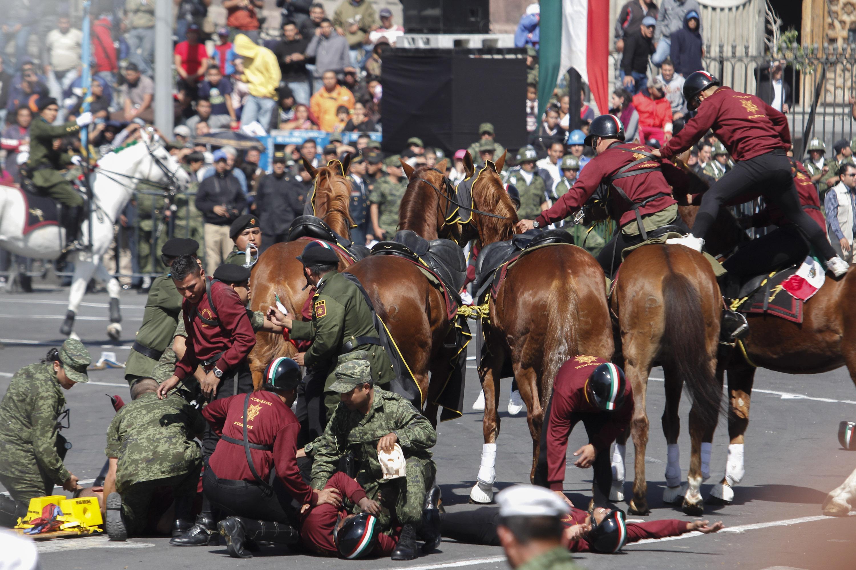 Desfile Conmemorativo del CII Aniversario del Inicio de la Revolución ...