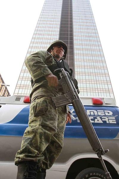 ... Estado Mayor Presidencial refuerzan la seguridad en la Torre de Pemex