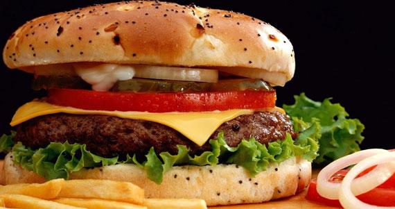 Alimentos altos en calorías que debes evitar antes de ir a dormir