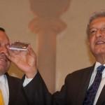 18 de julio. Andrés Manuel López Obrador, entonces candidato del Movimiento Progresista, junto con Jesús Zambrano del PRD, dan a conocer operaciones de transferencia a las tarjetas de prepago Monex. Foto: Cuartoscuro