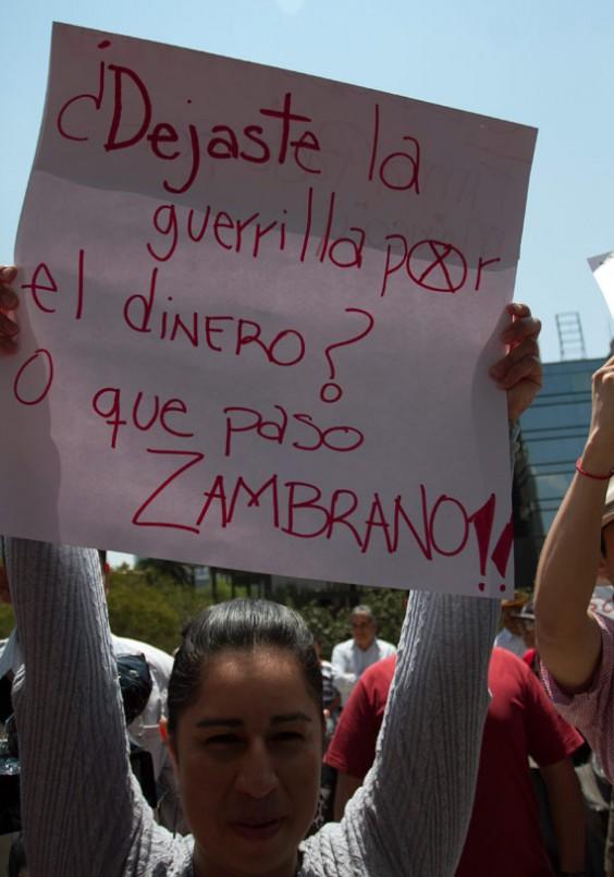 18 de marzo, 2013. Jesús Zambrano fue asediado con carteles que le reclamaban la firma del Pacto por México. También recibió insultos. Foto: Cuartoscuro