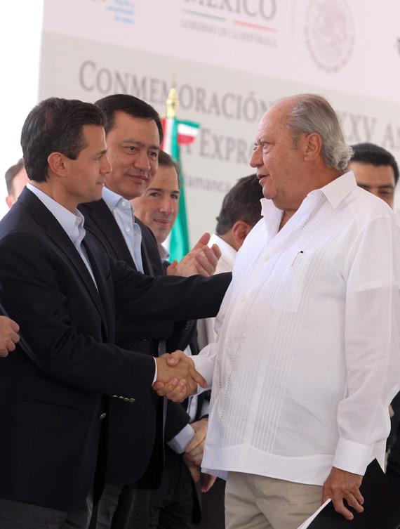 Saludo de priistas. Romero Deschamos y el Presidente Peña Nieto. Foto: Cuartoscuro