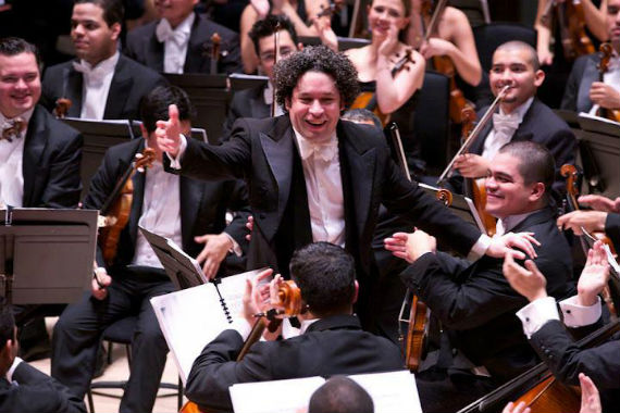 Con la fuerza y el encanto de un rockstar, ha rescrito las reglas de la dirección orquestal (Foto: Facebook)