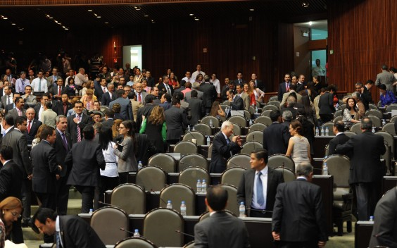 Diputados panistas y perredistas abandonan la sesión. Foto: Especial