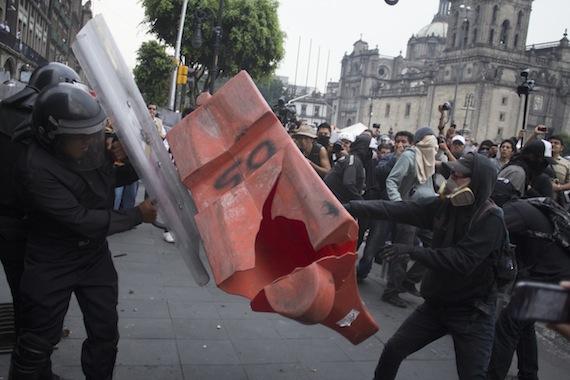 """Enfrentamiento del pasado 10 de junio entre manifestantes y policías en el aniversario del """"Halconazo"""". Foto: Cuartoscuro"""