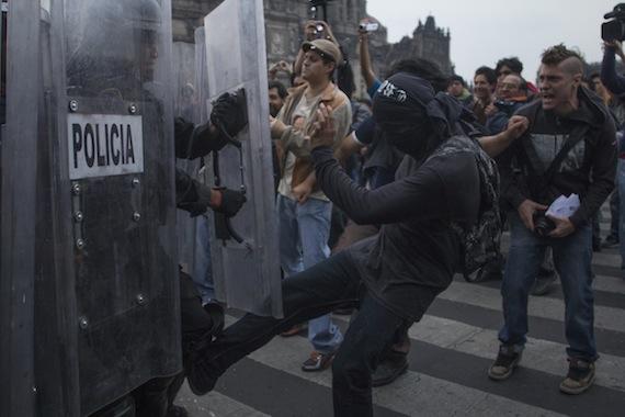 Los maestros fueron desalojados del Zócalo por policías federales. Foto: Cuartoscuro.