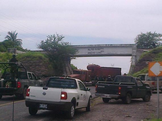 Puente Coróndiro hacia Apatzingán. Foto: Facebook vía Valor por Michoacán.