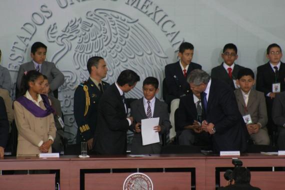 Christian recibió de manos del Presiente por su primero lugar nacional. Foto: Francisco Cañedo, SinEmbargo