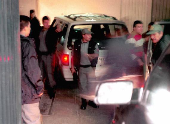 Los custodios del penal de Puente Grande son llevados detenidos. Imagen del 25 de enero de 2001; Vicente Fox era el Presidente. Foto: Cuartoscuro