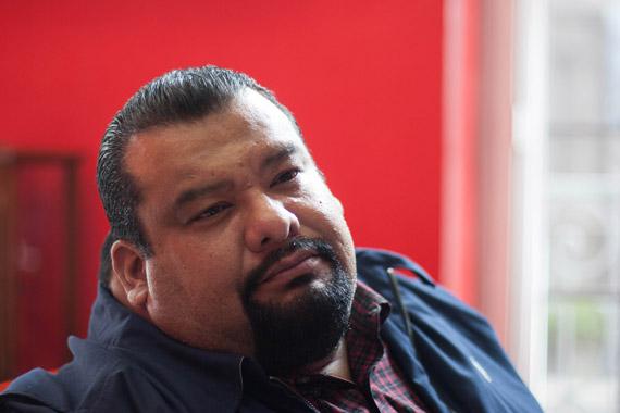 En su oficina, a la que llegó a golpes y sombrerazos. Foto: Francisco Cañedo, SinEmbargo