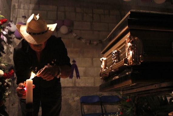 Martín Vega Carrillo es velado por sus familiares. Murió en las famosas matanzas de migrantes de San Fernando. El autor intelectual, según las autoridades, fue Z-40. Una de las atrocidades de la guerra que más conmovieron a México y el mundo. Foto: Cuartoscuro