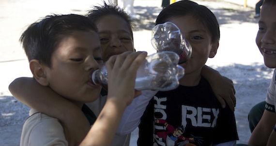 Los niños son de los que más consumen refresco. Foto: Cuartoscuro