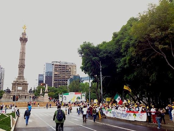 La cadena humana fue organizada por el PRD y desde la mañana comenzaron a colocarse a lo largo de la avenida Reforma