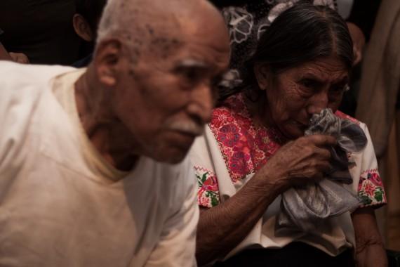 Los abuelos de Patishtán rompen en llanto cuando ven a su nieto en video. Foto: Antonio Cruz, SinEmbargo