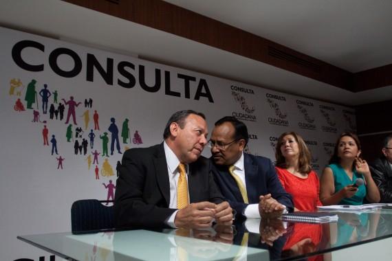 El líder del PRD, Jesús Zambrano, junto con el secretario general Alejandro Sánchez. Foto: Cuartoscuro