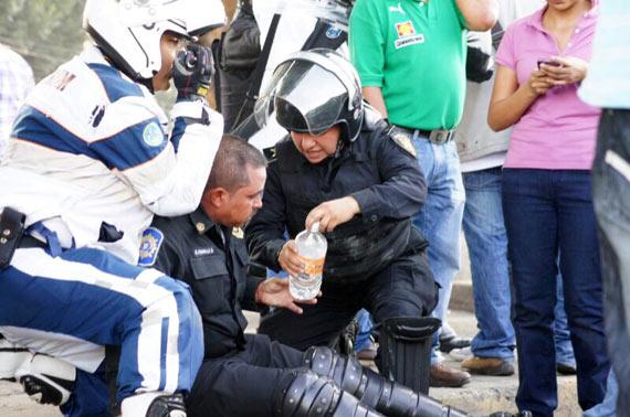 Policías también resultaron lesionados. Foto: Rebeca Argumedo, SinEmbargo