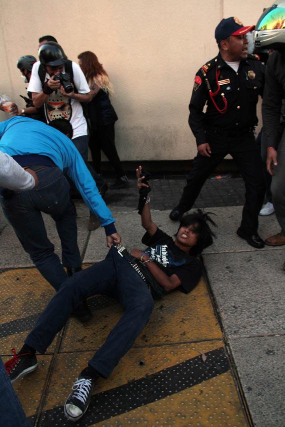 Otro detenido por civiles, en una foto de Juan Pablo Zamora, otro fotógrafo de Cuartoscuro