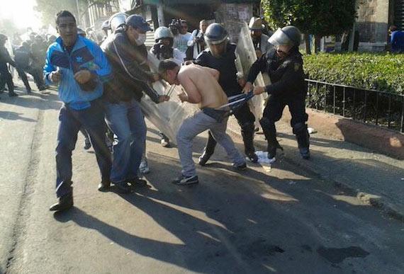 Foto difundida en Twitter; se puede observar al mismo policía de la foto anterior