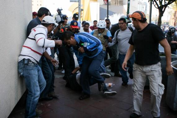 En esta foto  se muestra a civiles haciendo detenciones. Foto: Francisco Cañedo, SinEmbargo