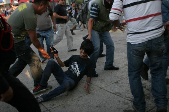 Foto de Francisco Cañedo de SinEmbargo que muestra a civiles realizando detenciones.