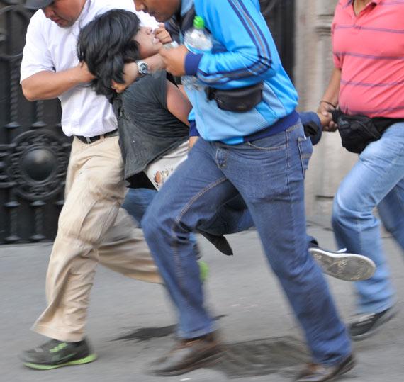 Foto de Diego Simón Sánchez, de la agencia Cuartoscuro, en donde se ven a agentes vestidos como civiles cometiendo arrestos
