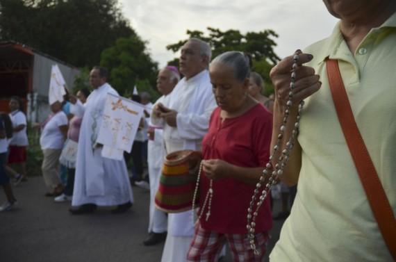 En una manifestación organizada y encabezada por el Obispo de la arquidiócesis de Apatzingán, Miguel Patiño, más de 2 mil feligreses marcharon pidiendo por la paz con cantos, rezos e imágenes religiosas. Foto: Cuartoscuro