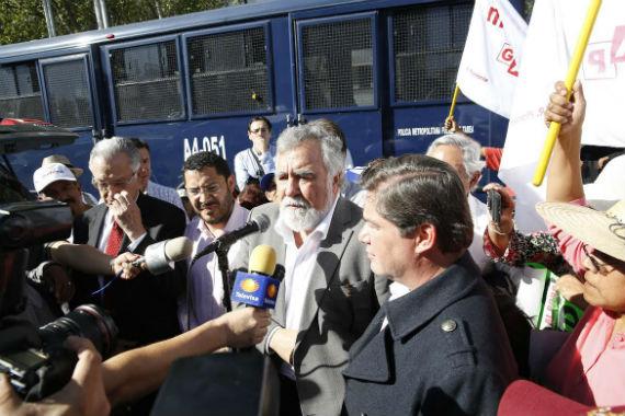Senadores del PRD, PT e integrantes de Morena en el cerco al Senado. Foto: Cuartoscuro