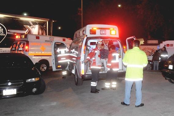 Varios pasajeros intoxicados por inhalación de humo, fueron atendidos por personal paramédico al quemarse las zapatas de un vagón entre las estaciones Refinería y Camarones de la Línea 7 del metro. Foto: Cuartoscuro