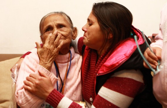 Madre se reencuentra con su hija en el DF después de 13 años. Foto: Antonio Cruz, SinEmbargo
