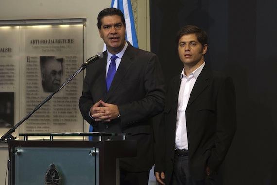 El jefe de Gabinete de Gobierno de Argentina, Jorge Capitanich (izq.), acompañado del ministro de Economía, Axel Kicillof (der.). Foto. EFE
