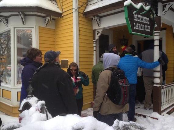 La gente se comenzó a formar antes de que abrieran las primeras tiendas Foto: @DonPire