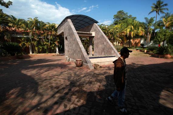 Fachada de mansión decomisada a líder de Los Templarios en Parácuaro. Foto: Cuartoscuro