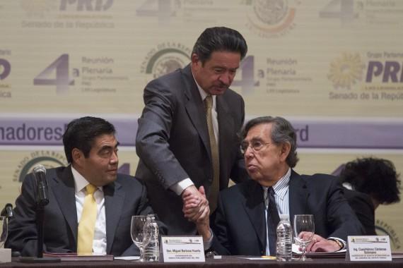 Carlos Navarrete en el Plenaria del PRD junto a MIguel Barbosa Huerta y Cuauhtémoc Cárdenas. Foto: Cuartoscuro