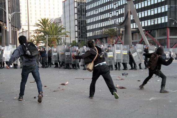 Enfrentamiento entre jóvenes y policías en manifestación del 2 de octubre de 2013. Foto: Cuartoscuro