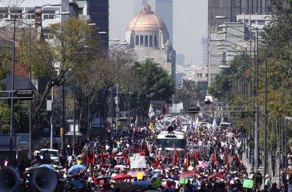 Manifestantes bloquean avenidas principales y paralizan a la ciudad de México Foto: Cuartoscuro