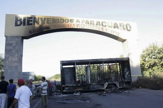 Civiles exigieron salida de autodefensas de Michoacán por violencia  y quemaron autobuses en Aapatzingán. Foto: Cuartoscuro