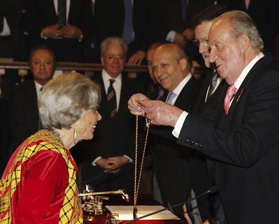 La escritora mexicana recibió el Premio Cervantes el 23 de abril, de manos del Rey Juan Carlos de España. Foto: EFE
