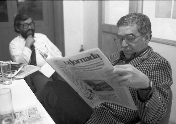 El escritor colombiano en la redacción del periódico La Jornada en el año de 1985. Foto: Cuartoscuro