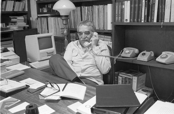 El escritor colombiano en su oficina, durante una entrevista para el semanario Punto. Foto: Cuartoscuro