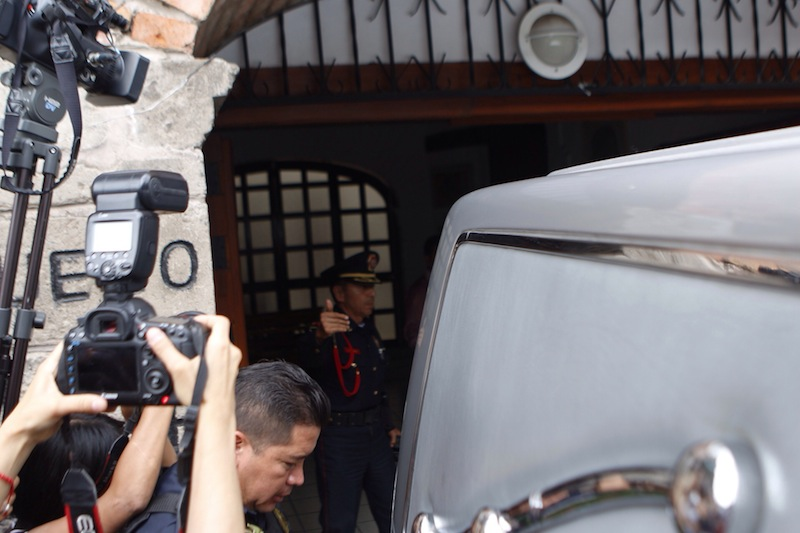 Periodistas y policías esperan el retiro de la carroza fúnebre / Foto: Francisco Cañedo
