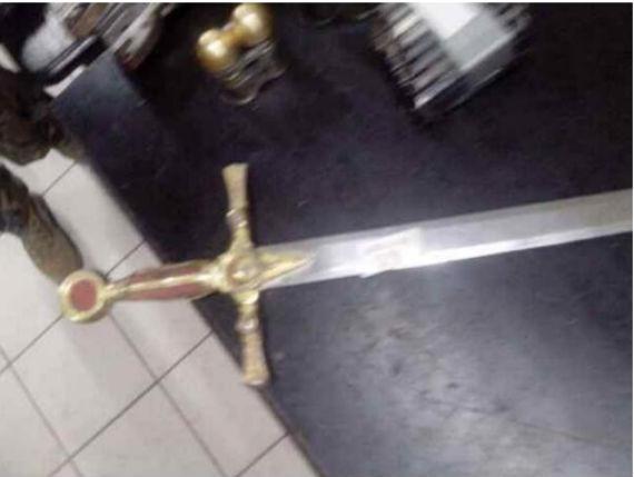 "La supuesta espada de ""La Tuta"". Foto: @lopezdoriga"
