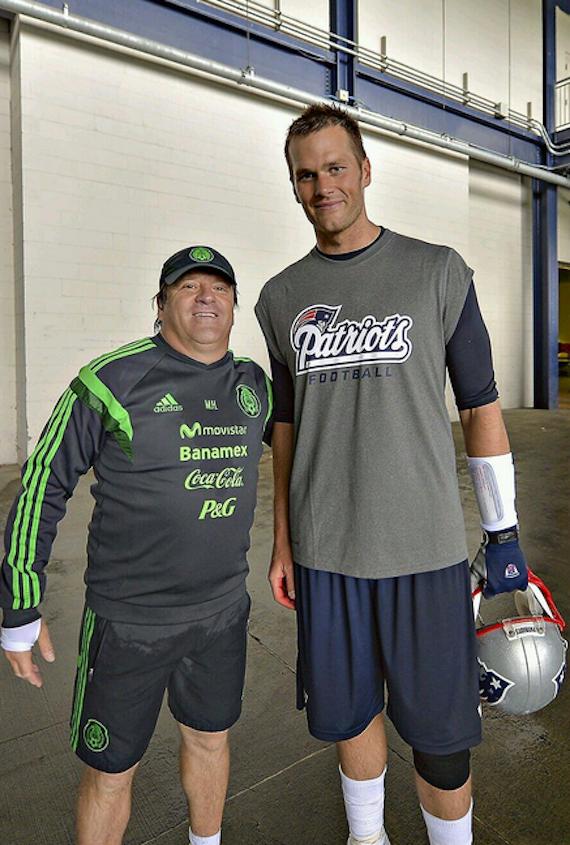 Herrera compartió en su cuenta de Twitter la fotografía con el Jugador de  la NFL con 427687a263f3b