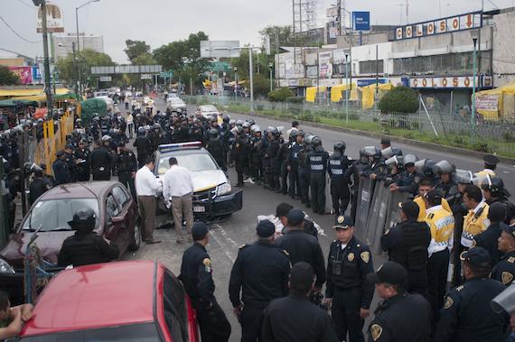 Al pasar frente al Mercado de Sonora, el policía que conducía la patrulla arrolló a dos personas que viajaban en una bicicleta. Foto: Cuartoscuro