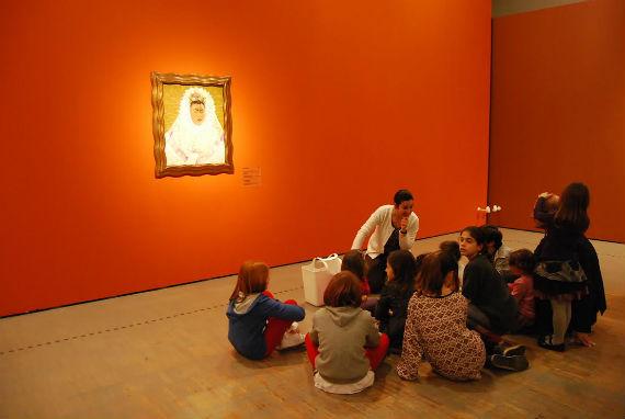 Los niños se acercan a Frida Kahlo. Foto: CONACULTA