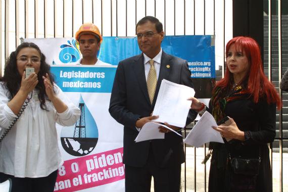 Alianza contra el Fracking presentó firmas en el Senado de la República. Foto: Antonio Cruz, SinEmbargo