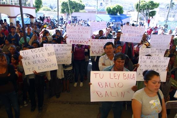 Habitantes de San Bernardino Chalchihuapan el pasado 22 de julio durante el sepelio de José Luis Alberto Tehuatlie. Foto: Francisco Cañedo, SinEmabargo