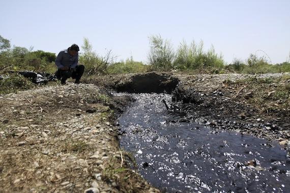 Cuatro mil barriles de crudo el derrame provocado por una toma clandestina en un ducto de Pemex, en la Cuenca del río San Juan. Foto: Cuartoscuro